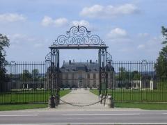 Château de la Motte-Tilly -  Château de La Motte-Tilly  — Grille principale, avec le jardin.