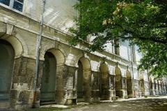 Abbaye Saint-Loup - Français:   dans la cour du musée.
