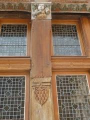 Hôtel du Petit Louvre - Français:   La cour. Ancienne maison du chapitre de la cathédrale, devenue relais de poste jusqu\'au début du XIXe siècle