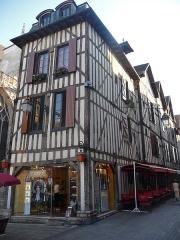 Maison - Français:   Façades des mêmes maisons sur la rue Champeaux ( à droite ) et pour la n° 2 sur la place Alexandre Israël.