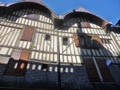 Maison - Français:   Maisons à pans de bois et toit à pignon. Des bardeaux protègent les murs au premier étage ( rue Molé )