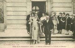 Préfecture de l'Aube (Hôtel de Département) - Français:   Fêtes de la Bonneterie 1925 à Troyes - La Reine de la Bonneterie à sa sortie de la Préfecture.