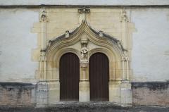 Eglise - Deutsch: Kirche in Vallières im Département Aube (Champagne-Ardenne/Frankreich), Portal mit Kielbogen und Skulpturengruppe mit der Darstellung der Unterweisung Mariens