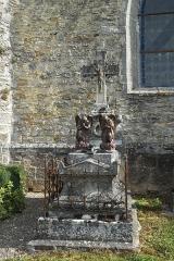 Eglise Saint-Pierre et Saint-Paul - Deutsch: Kirche Saint-Pierre-et-Saint-Paul in Vauchonvilliers im Département Aube (Champagne-Ardenne/Frankreich), Grab mit Engeln