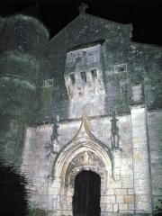 Eglise -   Aouste (Ardennes, France) -   L\'église fortifiée, vue de nuit.   Comme pour d\'autres photos a priori ratées (ou inintéressantes) pour cause de lumière insuffisante (trop de flou ou de \