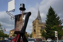 Eglise Saint-Lie de Mohon - Français:   L\'église et sur la place une oeuvre en hommage au festival .