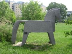 Immeuble - Deutsch: Plastik Trojanisches Pferd von Susanne Peschke-Schmutzer aus dem Jahr 1970 im Karl-Swoboda-Hof in der Florian Hedorfer Straße 30 in Wien Simmering.