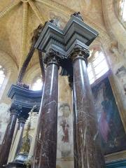 Eglise Saint-Léger - Français:   L\'église Saint-Léger est l\'une des trois églises de la commune de Monthermé et est dédiée à  Saint-Léger , ici les colonnes du baldaquin du maître-autel en marbre