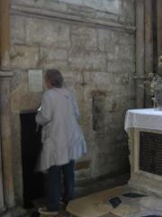 Eglise abbatiale Notre-Dame - Personne devant la recluserie Abbatiale Mouzon Ardennes France