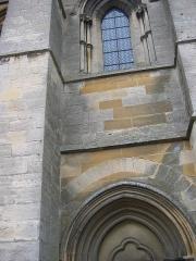 Eglise abbatiale Notre-Dame - Differences de couleurs entre les pierres (indices de la restauration) Abbatiale Mouzon Ardennes France