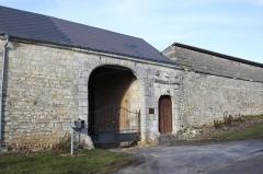 Château du Maippes - Français:   Ferme du Maipas, Prez, Ardennes, France (XVIIe siècle): entrée avec porte charretière en anse de panier et entrée piétonne