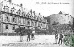 Château-Bas, à l'entrée de la citadelle - Français:   Carte Postale montrant le Palais des prince_et_la_fontaine.