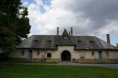Château, parc et grange aux dîmes - Français:   Château de Thugny-Trugny, la ferme au village .