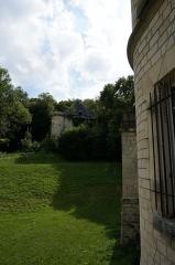 Château, parc et grange aux dîmes - Français:   Château de Thugny-Trugny, façade vers le village et la grange en bordure de forêt.