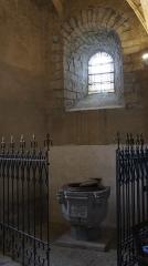 Eglise - Français:   Fonds baptismaux de l\'église .