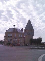 Eglise - Français:   La Place du Château dans le village de Tournes.
