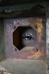 Fortifications de la ligne Maginot dites Ouvrages de la Ferté - Français:   Créneau type A pour FM 24/29 avec le FM monté sur rotule RB, avec un épiscope en place. Embrasure et son arme du bloc 2 de l\'ouvrage de la Ferté.