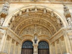 Eglise Saint-Maurille -  Eglise Saint-Maurille, Vouziers, Ardennes. Son portail Renaissance (milieu XVIème) est très particulier.Tympan du portail central représentant l'Annonciation.