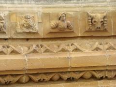 Eglise Saint-Maurille -  Eglise Saint-Maurille, Vouziers, Ardennes. Son portail Renaissance (milieu XVIème) est très particulier.Détail des voussures.Entre les deux frises d'oves,les pierres portent des indications gravées ( XII, XIII, XIIII), pour faciliter  leur positionnement.