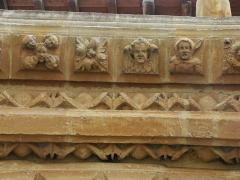 Eglise Saint-Maurille -  Eglise Saint-Maurille, Vouziers, Ardennes. Son portail Renaissance (milieu XVIème) est très particulier.Détail des voussures.Entre les deux frises d'oves, les pierres portent des indications gravées pour faciliter leur positionnement.
