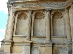 Eglise Saint-Maurille -  Eglise Saint-Maurille, Vouziers, Ardennes. Son portail Renaissance (milieu XVIème) est très particulier.Niches d'un portail.