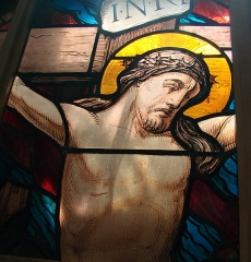 Eglise Saint-Maurille -  Eglise Saint-Maurille, Vouziers, Ardennes.Fragment d'ancien vitrail présenté dans l'église.