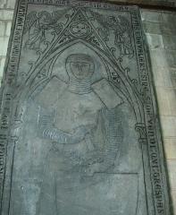 Eglise Saint-Maurille -  Eglise Saint-Maurille, Vouziers, Ardennes.Pierre tombale de Baudoin, chevalier de Vandy, mort en 1275 et représenté en croisé.