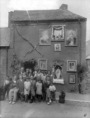 """Eglise - English: 37 Green Street, Waterford decorated in honour of the 31st International Eucharistic Congress, held in Dublin 21-26 June 1932. We believe that this house was owned by a Mr M. Quinn.    Thanks to noonies12 who identified: """"The gent in the light colored trousers and bow tie in the front row is my Grandfather Ned """"Neddo""""Barry who lived directly across from here.""""    Date: Tuesday, 28 June 1932     NLI Ref.: P_WP_3922"""