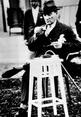 Marché couvert - English: Mustafa Kemal Atatürk drinks Turkish coffee, 2 June 1930.