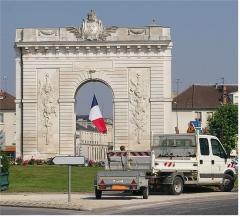 Porte Sainte-Croix - Deutsch: Arc de Triomphe in Chalons-sur-Champagne, zur Erinnerung an die Durchreise der künftigen Königin Marie-Antoinette, die von Wien durch Chalons nach Paris reiste, um Louis XVI zu heiraten