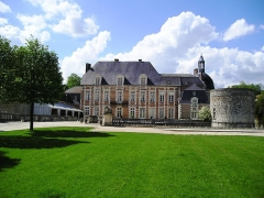 Château - English: Front of the Chateau d'Etoges Hotel Restaurant & Spa