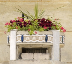 Bibliothèque Carnégie - English: Detail of one the of Art Deco flower pots of the Carnegie Library in Rheims, France