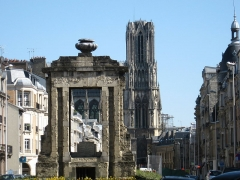 Fontaine des Boucheries - Nederlands: Portaal en kathedraal in de achtergrond