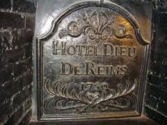 Ancien hôtel-Dieu, actuellement annexe du palais de justice - Palais de justice de Reims (Marne, France): plaque de cheminée dans le bureau de la présidente