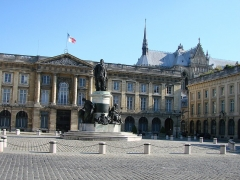 Immeuble (ancienne douane) -  Place Royale de Reims avec la statue de Louis XV par Cartellier; les groupes du piédestal sont de Pigalle.