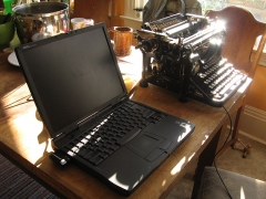 Immeuble -  A laptop and a typewriter