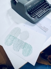 Immeuble - English: A photo of a typewriter mystery game, its result, and the typewriter it was written on.