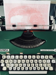Immeuble - English: A typewriter mystery game in the process of being typed in