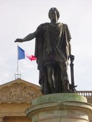 Place Royale - Statue de Louis XV, sur la Place Royale de Reims (Marne, France). En arrière-plan, la sous-préfecture