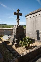 Cimetière entourant l'église - English: Sacy cemetery, France,