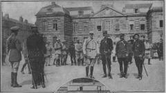 Hôtel de ville - Français:   prise d\'arme sur la place de St-Menehould en 1914 devant la sous-prefecture et en présence de Sarrail et Connaught pour la remise de décorations. Le Pays de France n°40 page 6.
