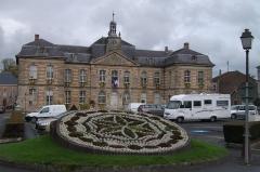 Hôtel de ville - Français:   Mairie de Sainte-Ménehould vue depuis la place Leclerc. Reconstruction en brique et gaize en 1730.