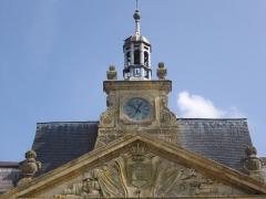 Hôtel de ville - Français:   Hôtel de ville de Sainte-Menehould (Marne, France), fronton, horloge et clocheton