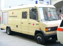 Eglise - Deutsch: Fahrzeug des Katastrophenschutzes − Fachdienst Fernmeldedienst, hier: Bayerisches Rotes Kreuz Mercedes-Benz T2 (Seitenansicht)
