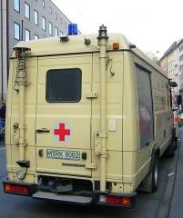 Eglise - Deutsch: Fahrzeug des Katastrophenschutzes − Fachdienst Fernmeldedienst, hier: Bayerisches Rotes Kreuz Mercedes-Benz T2 (Heck),