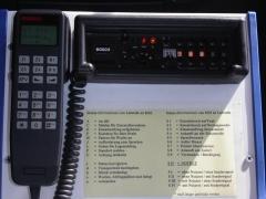 Eglise - Deutsch: Bosch FuG8b 4m Band BOS Funkgerät mit FMS Sprechgarnitur vom Typ Commander5 und einer Funkmeldesystem Statusübersicht für den Krankentransport / Rettungsdienst