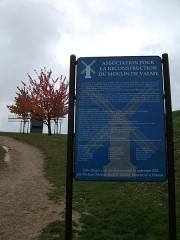 Moulin de Valmy - Français:   plaque du moulin de Valmy pour sa reconstruction après la tempête de 1999 qui le jetta à bas.