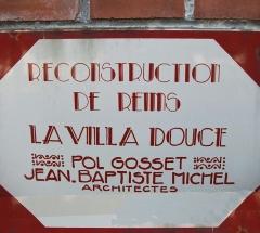 Villa Douce - Français:   Plaque de reconstruction des dommages de guerre sur la façade de la rue.
