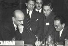 Eglise - العربية: أسعد طلس (أقصى اليسار) خلال اجتماع الجمعية العمومية للأمم المتحدة يوم 19 شباط 1957 في نيويورك بحضور مندوبي مصر ولبنان واندونيسيا والأمين العام للجمعية