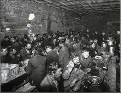Chapelle de Trestondans (sacristie de l'église) , à Montormentier - Español: Comedor para desempleados en San Petersburgo antes de la Primera Guerra Mundial (descripción de ISBN 9780140243642).